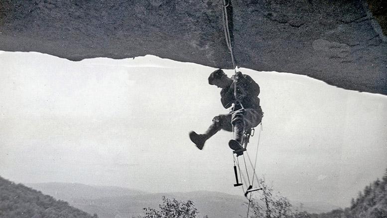 Un moment emblématique de l'histoire de l'escalade du Québec capté sur le vif. Photo : collection Bernard Poisson.