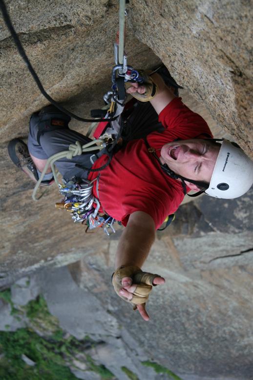Pat joue les terrifié dans la 6e longueur, après la sortie du toit  Photo: Ian Bergeron