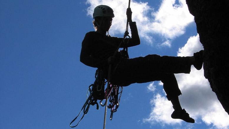 Ne pas oublier les noeuds au bout de la corde lors des rappels | Photo: Ian Bergeron