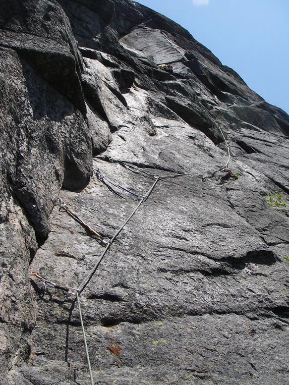 À vue dans la troisième, une des belles longueurs d'escalade-aventure à Portneuf